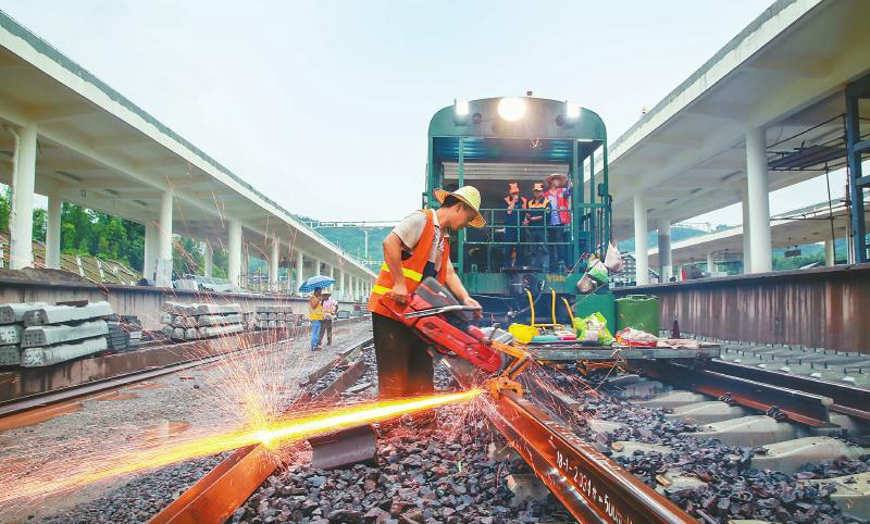川藏铁路成雅段长钢轨单线铺通