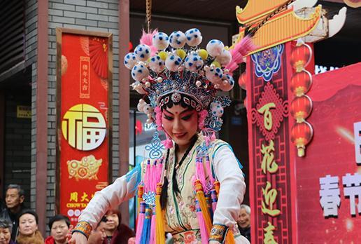 【新春走基层】丰富市民春节文化生活 巴城街头上演精彩文艺展演