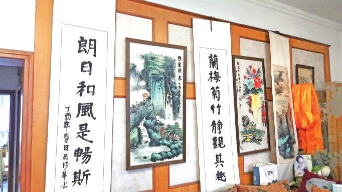 八旬老人情系困难居民,义拍百幅作品捐赠社区