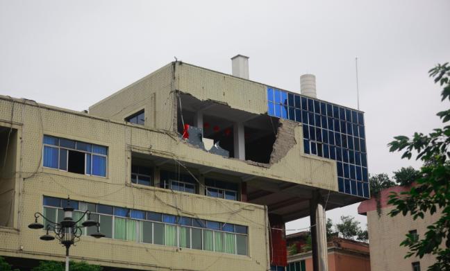 小心余震!珙县一大楼整面墙体从六楼坠下