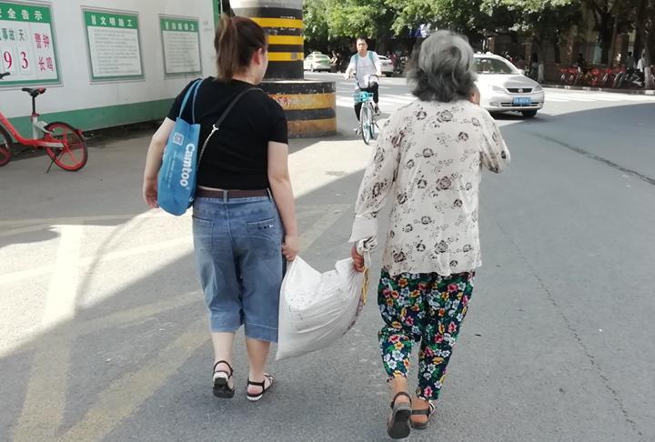 记者偶遇暖心一幕:陌生女子护送老人亲如母女