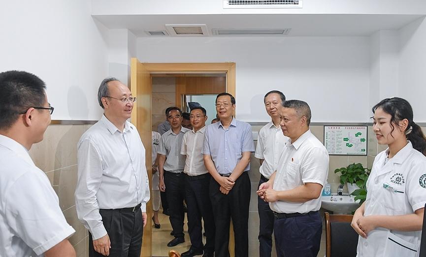 尹力代表省委省政府看望一线医务人员