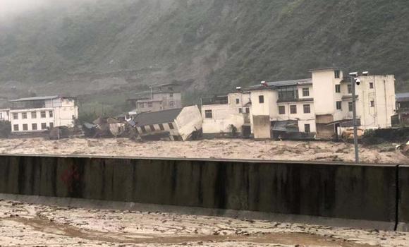 遭遇暴雨,阿坝多条道路中断