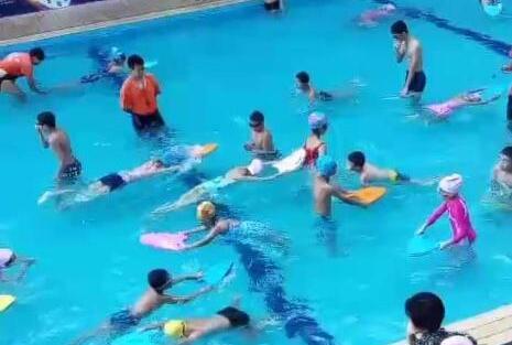 泳池水质太差所致? 绵阳江油200多人游泳后染病