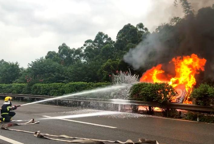 内宜高速一轿车失控撞护栏起火 自贡消防紧急处置