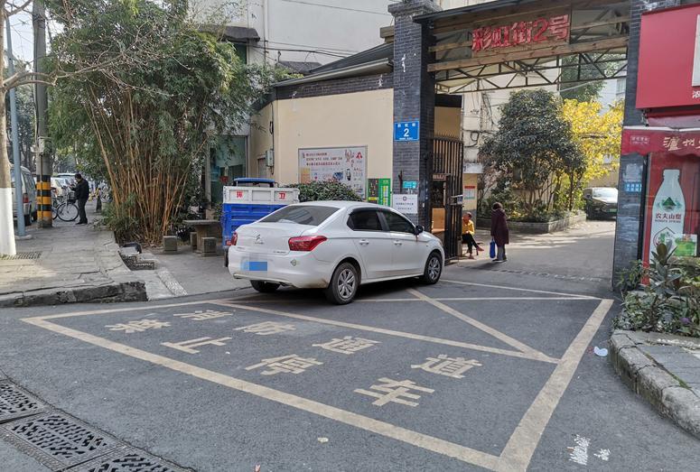 成都有小区在消防通道上划停车位 你家消防通道还好吗?