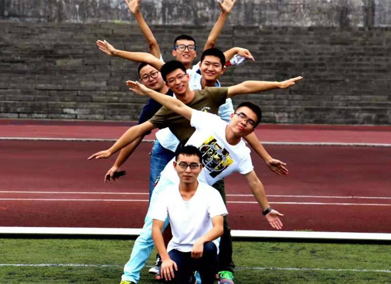 姜浪与同学们在一起.jpg