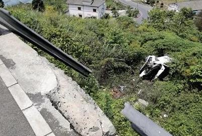 重庆万盛女子驾车冲下7米堡坎 一个动作保车内4人均无大碍