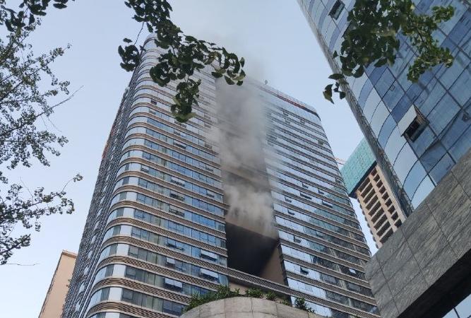 视频:成都海洋莱普敦酒店起火冒烟 现场明火已扑灭无人员伤亡