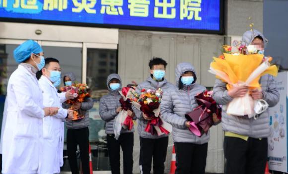 河北首批12名新冠肺炎确诊患者出院