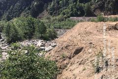 曝光典型案例|甘孜州九龙县建设项目野蛮施工  万方弃渣倾倒入河