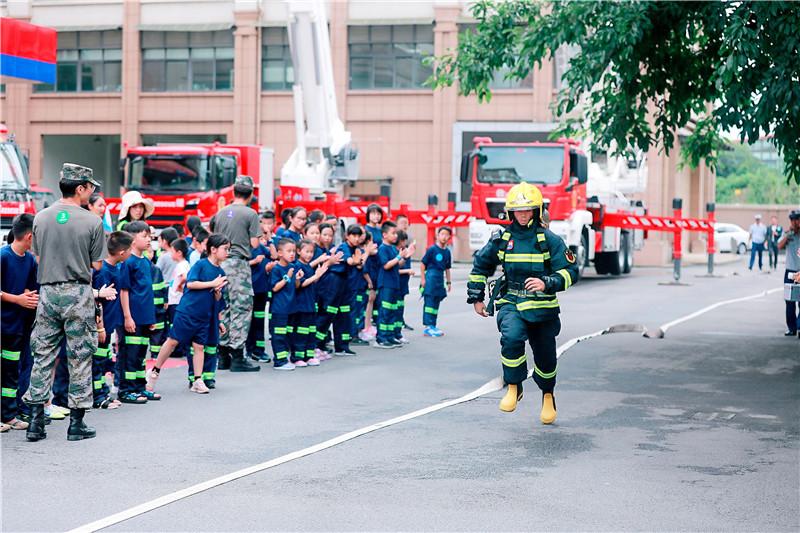参观消防站 观看消防指战员提技能表演2.jpg