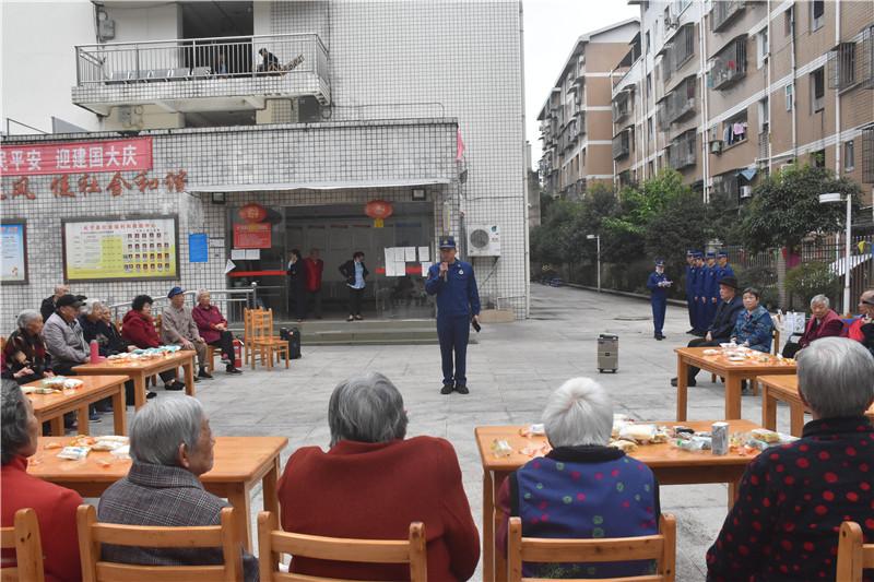 2消防员为老人表演节目 (1).jpg