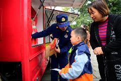 四川德阳:消防宣传进公园 有人气 接地气